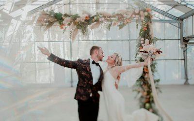 Una boda íntima con pinceladas de locura para unos novios atrevidos